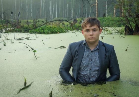 俄罗斯17岁男孩在沼泽中拍下的一组照片,让他获得了大奖